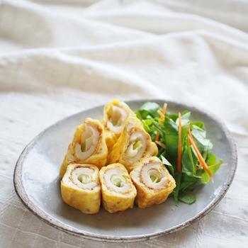 ちくわにちょっと一手間加えたこちらのレシピ。長ネギをくるくる巻いて卵につけて焼きます。たまごにチーズやツナを加えているのがポイントですね。