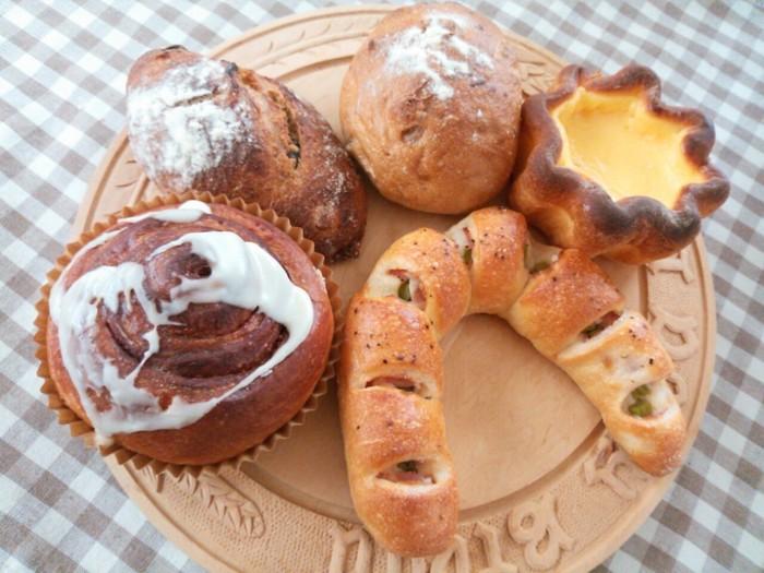 「merimero chocolat」のパンの焼き上がりは、朝からお昼にかけて随時。天候や予約の状況によっても異なりますが、お休みの日には15時位になると品薄状態の事もあるとか。お目当てがあれば、予約を入れる事をおすすめします。