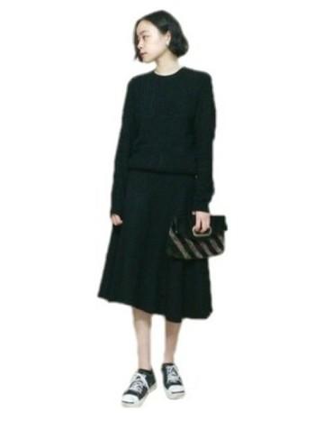 黒×黒で、落ち着き感のあるコーディネート。スニーカーを合わせて、ちょっぴり個性も光ります。
