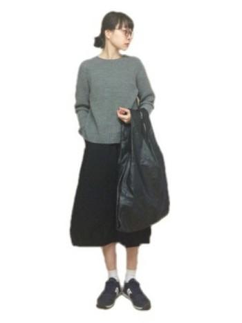 黒とグレーで統一された、落ち着いたカジュアルスタイル。リラックス感のあるフレアスカートで、力の抜けたコーディネートに。