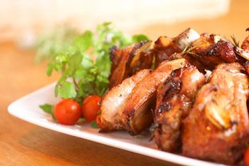 まずはオーブンで焼く、基本の調理法。タレに漬け込んで味をなじませ、オーブンでこんがり焼きます。最初は高温で、そして途中から温度を少し下げて焼きましょう。ホームパーティーで人気の豪華メイン料理です。