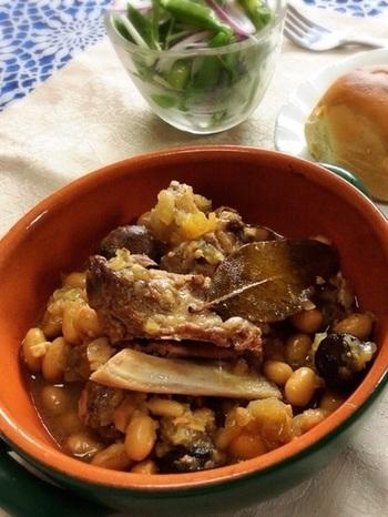 スペアリブと大豆を煮込んだ、とろとろ柔らかなごちそうレシピ。圧力鍋使用なので、大豆は水煮でなく、乾燥豆を戻して下茹でなしで使えます。スペアリブのおいしさはもちろん、そのうまみがしみ込んだほくほく大豆の味もたまりません。