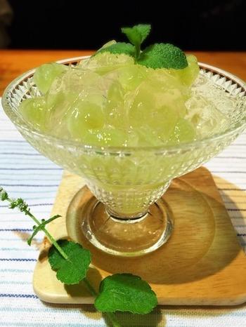 デラウェア(ブドウ)の入った、梅酒&レモンソーダの炭酸ゼリー。シュワシュワ&ゼリーのプルプル食感がクセになりそう♪