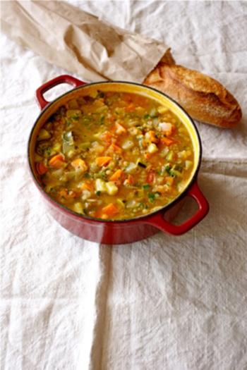 冷蔵庫にある野菜をなんでも入れられる赤レンズ豆を使った野菜たっぷりのスープレシピ。人参、セロリ、マッシュルーム、ネギ、ピーマン、インゲン、ほうれん草・・・色々な種類を合わせると新しい味の発見もありそうです。中でもセロリはイライラを抑える鎮静作用があるので疲れてるときの食事スープにおすすめです。