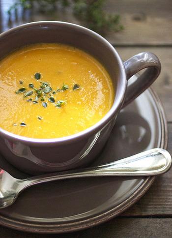 ブレンダーやミキサーでつくるポタージュスープは滑らかで優しいさらっとした口当たりが特徴。苦手な食材でも合わせる具材によってイメージが変えられるので、自然に取り入れられるところも魅力のひとつです。しっかり炒めた人参でつくるポタージュスープは人参本来の甘みが感じられて美味しい*