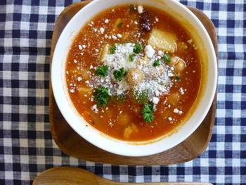 スープの定番''ミネストローネ''は具材を変えれば色々なバリエーションで楽しめるのが魅力です。ビーンズや野菜たっぷりの具材がごろごろ入ったスープは栄養もたっぷり。トマト缶とブイヨンと水でつくるベースを覚えておけば、具材を変えてその日の気分で調理するのも楽しいです。仕上げにパルメザンチーズをかけると一層味わい深くなります。