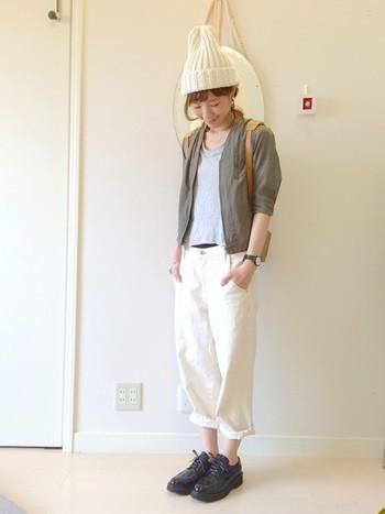 シンプルな素材をシンプルに着こなしたスタイル。さっぱりしていていいけど、白のニット帽をプラスするとグンと夏っぽさが抜け、温かみのある雰囲気に。