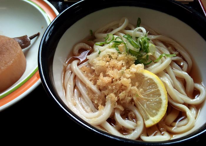 ぶっかけうどんの元祖といわれる善通寺の山下うどん。コシの強い麺が魅力です。ちなみに香川には「山下うどん」さんが複数あるので、間違えないようにご注意を。