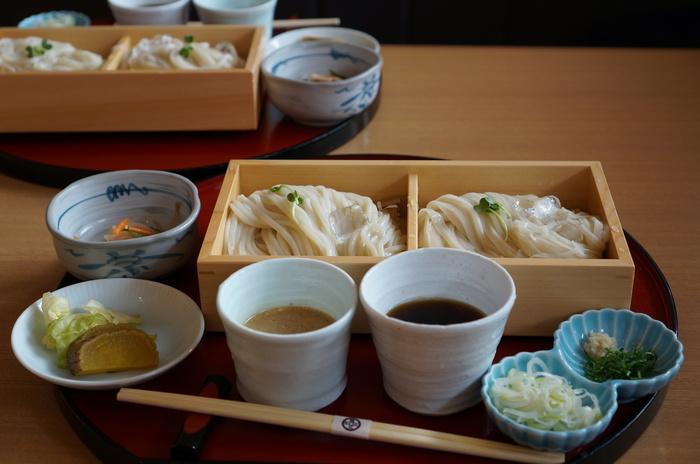 乾麺と生麺の食べ比べセットでは、なかなか食べる機会のない稲庭うどんの生麺の食感が楽しめますよ。