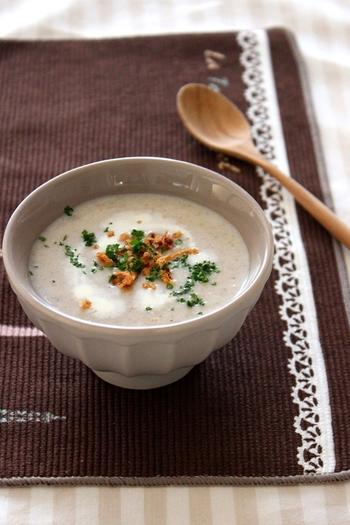 しめじ、しいたけ、エリンギなど沢山のキノコを玉ねぎ、ベーコンなどと炒めて気軽に食物繊維やビタミン、ミネラルを取り入れましょう。ミルクで仕上げるとコクが出て、食欲のない時にもスプーンがすすむ味わいになります。