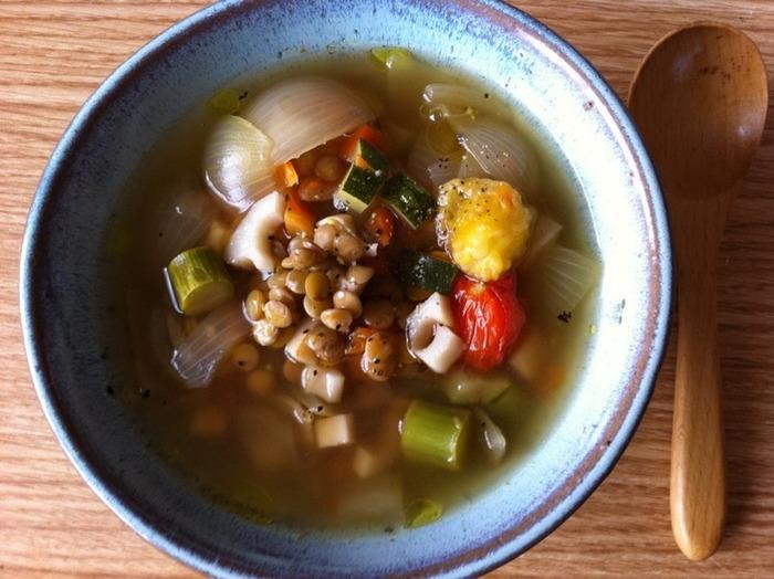 ズッキーニに、アスパラ、ミニトマトなど豊富な緑黄色野菜でつくるシンプルなスープは食べられるスープとして寒い朝にぴったり。隠し味のショウガとニンニクが冷えた身体をポカポカ暖めてくれる、ヘルシーなメニュー。