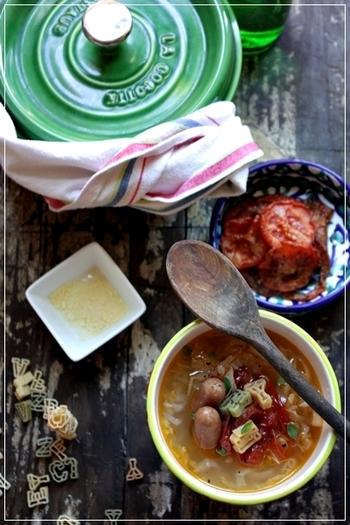 手軽に食事を済ませたい時、スープにもう一品というのは少し面倒。そんな時はしっかりお肉も加えて1品でメインにぴったりなスープレシピを。ソーセージはボリューム感もあってどんな味付けにもぴったりなので万能の食材です。ショートパスタを加えればお腹いっぱい食べられるランチとしてもおすすめ*
