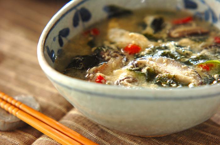 中華スープの素で簡単につくれるシンプルなワカメとたまごのスープ。たまごが硬くなる前のふんわりしたところで火を止めるのがポイント。ヘルシーなので、お夜食にもちょうど良いですね。
