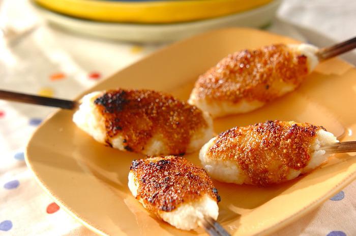 温かいごはんをつぶして、割り箸に丸めてつけて~♪みんなで一緒に作っても楽しいおにぎりレシピです。箸につけてあるので持ちやすく食べやすいです。