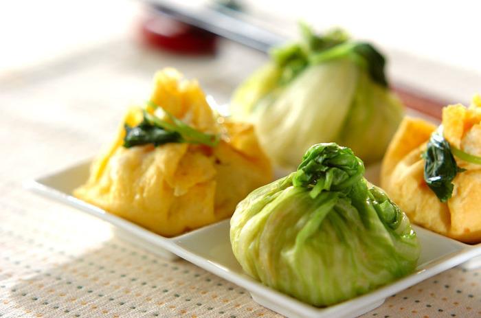 レタスの緑と卵の黄色で華やかなオシャレ茶巾おにぎりです。パクッと一口で食べちゃってください。見た目も満足、お腹も満足にきっとなってしまいますよ。地味になりがちなお弁当箱の中も、この茶巾おにぎりでパッと明るくなりますね。