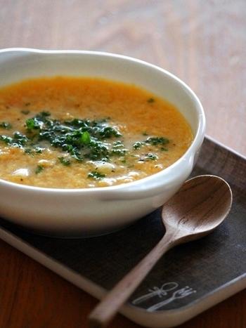 チーズとたまごを使ったかき玉スープはこっくり旨味の出た絶品のスープ。マカロニを少し入れて軽めの朝ごはんにおすすめです。マカロニをご飯に変えればリゾット風に、パスタを多めにすればスープパスタに、アレンジ自由自在な万能レシピ。