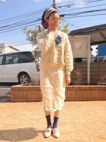 真っ白のコーデに、靴下と色味を合わせたふわふわブローチが目立っています。ニットにあわせて、素材感も感じられてステキです!