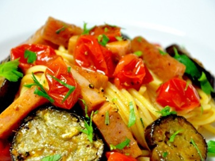 まるでレストランのメニューのように美しいスパムのパスタ。味のしっかりついたスパムを使い、旨みを引き出してトマトの水分と上手く馴染ませ、ソースにするのがポイント。美味しさがギュっとつまったパスタです。