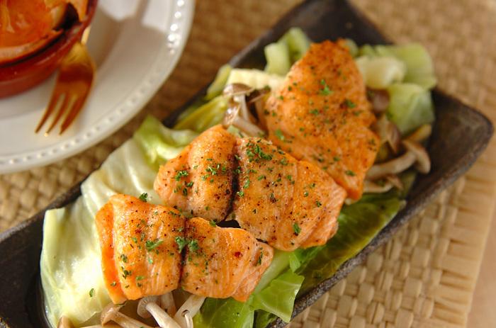 おにぎりと一緒に食べたいおかず、鮭のバター蒸し。キャベツとしめじも一緒に沢山食べれる一品です。