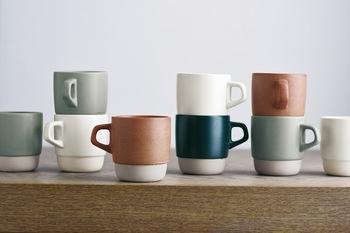 収納性に優れたスタッキングしやすい形状で、とっても便利!しっかりとした厚みがあり、毎日使いたくなるマグカップです。カラーは落ち着いた色合いの4色展開です。  ●スタックマグ ¥1,000 φ85 x H90 x W110 mm / 320 ml ホワイト / オレンジ / グレー / ネイビー