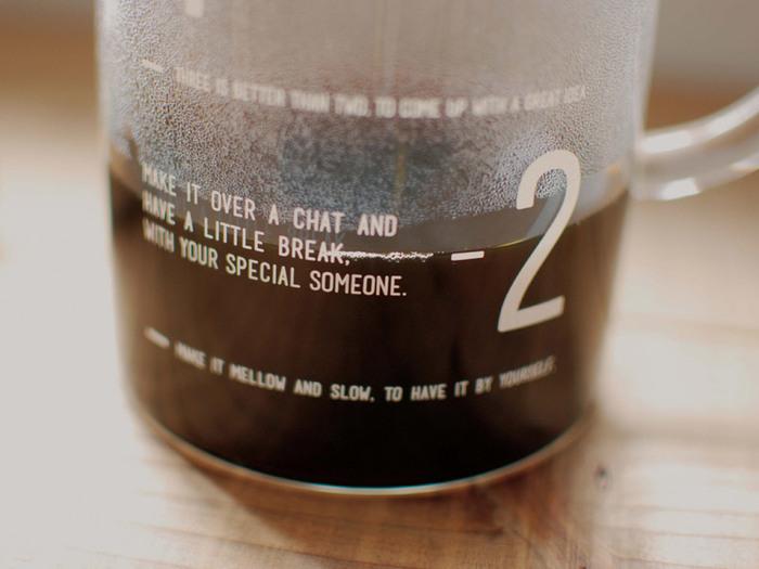 ジャグには、抽出の目安となる目盛と、スローなコーヒーを楽しむためのフレーズがさりげなくプリントされています。目盛を見るたびに楽しくなっちゃう♪
