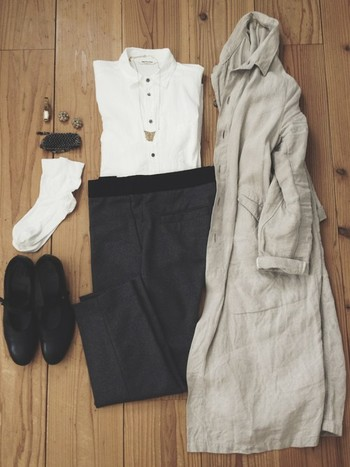くたっと柔らかいリネン素材のロングコートは、ロングカーディガン感覚で羽織れるのでとっても便利。少し肌寒さを感じたら、さらっと羽織れば秋らしいスタイルに。