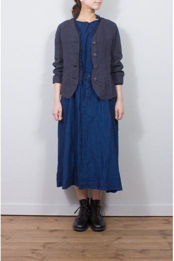 リネン素材のジャケットと同じくリネン素材のワンピースの組み合わせは、きちんとしているけれどとっても軽やか。