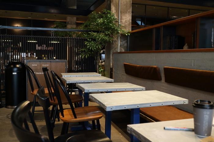 世界的にも有名な広島の建築家、谷尻誠さんの「サポーズデザインオフィス」が設計されていて、店内はモダンで洗練されています。