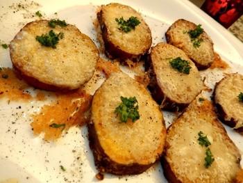 サツマイモの旬の甘さと、パルミジャーノチーズの塩気が良く合う簡単レシピ。パルミジャーノチーズを多めにかけて、ちょっと焦がしたカリカリも一緒に作るのがポイントです!