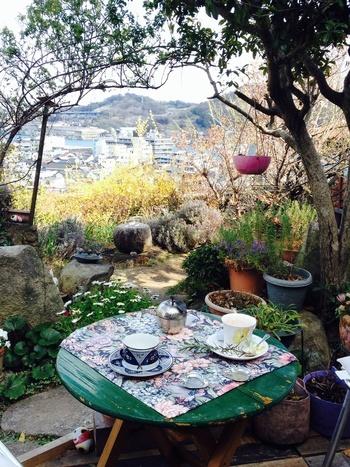 千光寺へのロープウェイからでもいける「ミーシャのハーブ庭園ブーケダルブル」。名前にハーブ庭園とついているとおり、店内にはハーブがたくさん植えられています。千光寺山の中腹にあるので、もちろん景色も最高です。こちらではオーガニックにこだわったコーヒーやハーブティーをいただけます。オリジナルのハーブを使った香水作りなども行っているとか。