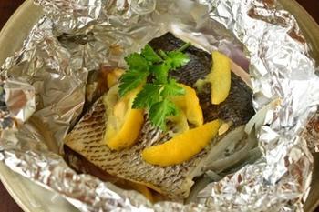ホイル焼きは、中までほくほくとした食感を楽しめるレシピですよね。もちろん旬の白身魚を使ってもいいですし、定番の鮭のホイル焼きをゆず風味でいただくのもおすすめ♪
