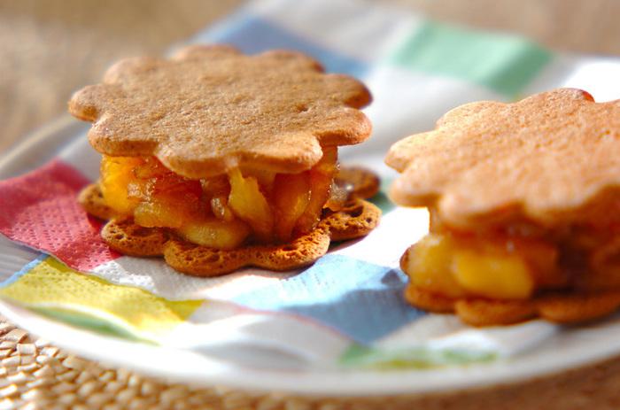 リンゴをサッと煮て、ビスケットにサンドしただけの簡単レシピ!りんごの食感香りをシンプルに感じる事の出来る一品。