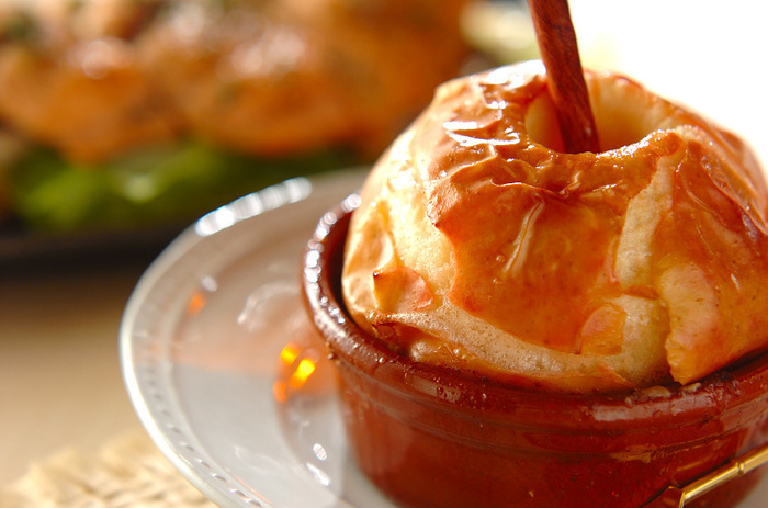 その名も、まるごとのリンゴをオーブンで焼いちゃいました!出来上がりはトロトロの仕上がり。熱々を頂きましょう!