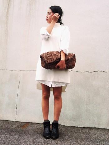 ノースリーブのニットワンピには、長袖のシャツワンピをインすれば秋でもOKのコーデに。服の白とブーツの黒の対比がおしゃれです。