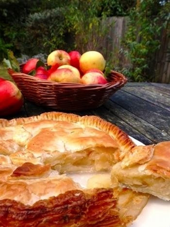 市販のパイシートを利用して本格的なアップルパイはいかがでしょう。サクサクのパイ生地とリンゴの相性は切っても切れない相性です。