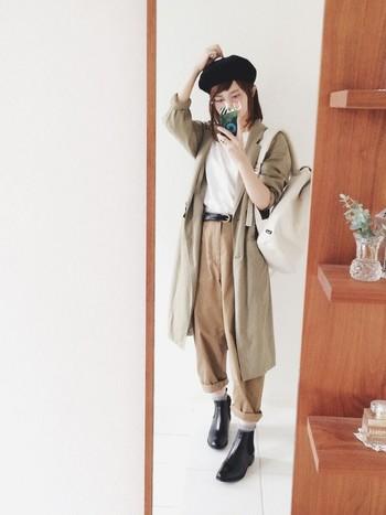 マニッシュなコーディネートにもサイドゴアブーツはぴったりです。タックパンツの裾を少しまくって、ブーツをしっかり見せているのがポイントです。
