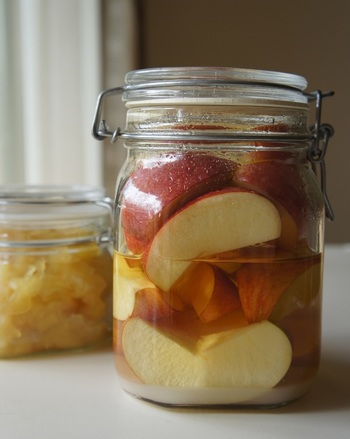 りんごのエキスがたっぷり入ったお酢は、炭酸や牛乳で割って飲んだり、普通のお酢の代わりに使ったりと万能です。リンゴが沢山手に入った時などに作りおきしておいてはいかがでしょう。