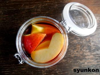 ブランデーと皮ごとカットしたリンゴを漬け込むだけの簡単レシピ。1日経てば完成ですが、飲み頃は3日~。これから寒くなる季節。体を温めてくれる一杯が嬉しいですね!