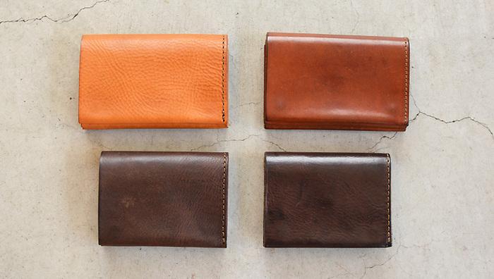 左側が新品の状態で、右が使い込んだ革の様子。 この色艶の変化こそが、革製品の醍醐味です。