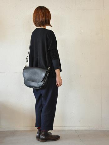 昔のメールバッグのようなショルダー。 ストラップの長さ調節が広く、メッセンジャーバッグみたいに掛けたり、ゆったり長めに掛けて使うことも出来ます。 メンズ・レディース問わずで使えるバッグですね。