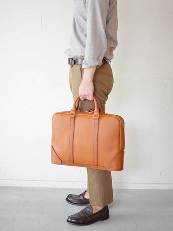 本格的なビジネスバッグも定番として作っています。 これは底がオーバルになったデザインでカッチリしつつもどこか柔らかさを感じます。