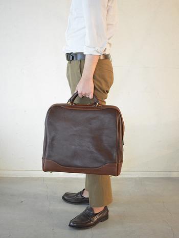 めずらしい縦型のボストンバッグ。 こういうバッグを片手に旅をすると画になりそう!!