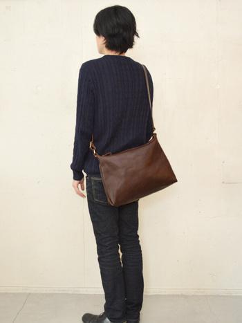 まさに革の質感を感じられるシンプルなバッグです。 ファスナータイプで使いやすいのも毎日使える条件ですね。