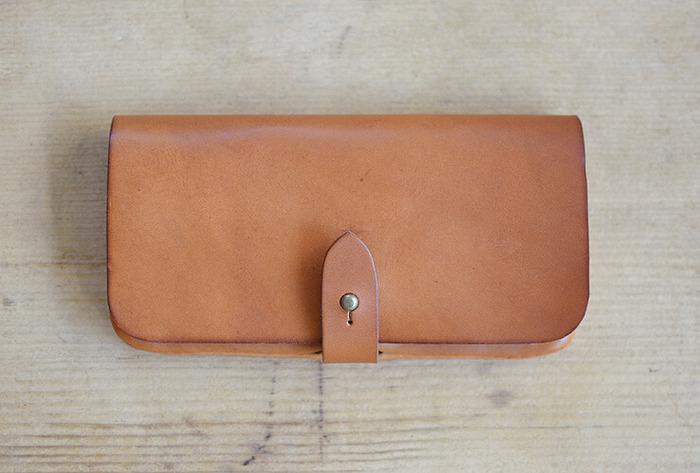 丸いギボシ金具が可愛く主張している長財布。 これも男女問わずで使えるデザイン。