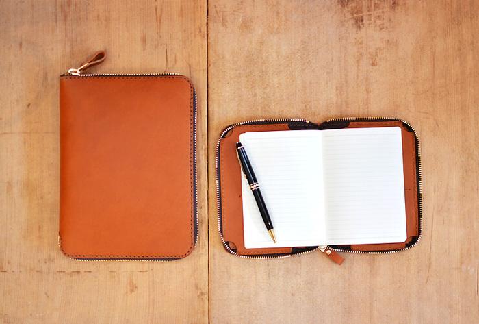 本やノートだけでなく、いつものペンも一緒に収納できるブックケース。 人気のほぼ日手帳も入るようです。