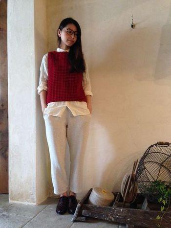 秋の香りを感じられるビビッドな赤のベストを白いシャツに合わせて。かちっとしたシューズを合わせるときちんとした印象に。
