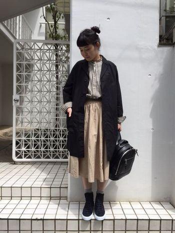 ミモレ丈の上品なスカートにハイカットスニーカーって意外に合うんですね。コートの袖からストライプのシャツの袖をのぞかせるテクはマネできそう。