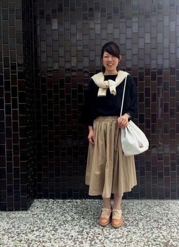 一枚目の写真と同じミモレ丈スカートですが、合わせるアイテムによってこんなにも印象が異なるんですね。スカートと同系色のシューズがかわいい☆