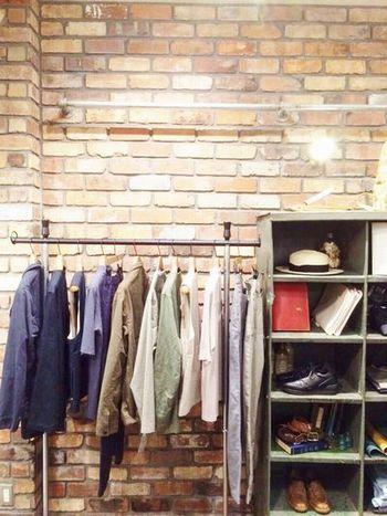 染色・織り・縫製・加工にいたるまで、国内の自社工場で熟練の職人さんがひとつひとつていねいに製品を作り上げていきます。こだわりの天然素材を使用し、その高いクオリティーには定評があります。