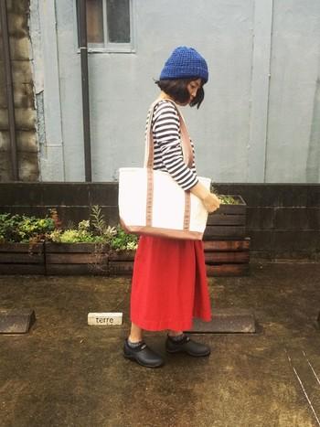 ボーダーTシャツ×ふんわりスカートの鉄板コーディネートに、赤と青がいいスパイスになっています。